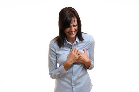 angor: Angina de pecho joven mujer que sufre, un infarto de miocardio o un ataque al corazón aferrada a su pecho en dolor agonizante en un concepto de salud, parte superior del cuerpo aislado en blanco Foto de archivo