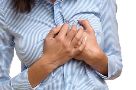彼女は苦しむ心臓発作や心筋梗塞の予備的な症状としての痛みで彼女の胸をつかんで女クローズ アップ白で隔離体表示