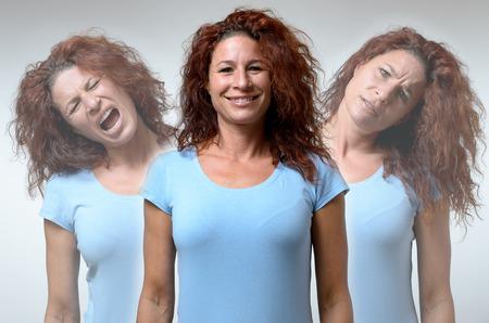 Vooraanzicht op drie versies van de vrouw verandert van stemmingen van woede, blijdschap en verwarring Stockfoto