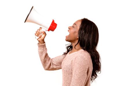 彼女は彼女の不満をデモや集会、白の側面図で知られている、メガホン叫んで怒っている若いアフリカ女性 写真素材