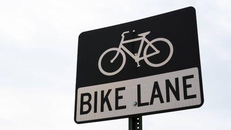 A bike lane sign in Washington, DC on an overcast day. Banco de Imagens