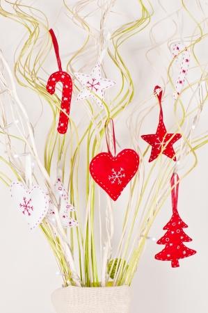 Karácsonyi díszek és fények a fonott botok