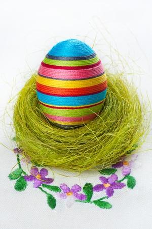 Kézzel készített húsvéti tojást egy hímzett terítő Stock fotó