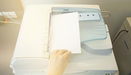 fotocopiadora: papel de copias hombre de Fotocopiadora la luz del sol desde la ventana