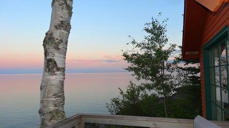 湖で夏の小屋