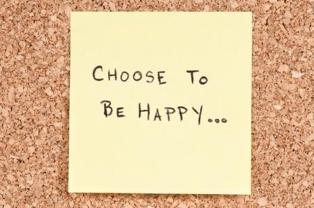 actitud positiva: Elige ser feliz, escrito a mano en una nota adhesiva