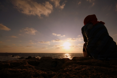 femme triste: fille regardant le coucher du soleil