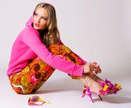 sueteres: Mujer muy elegante con ropas coloridas sobre fondo gris