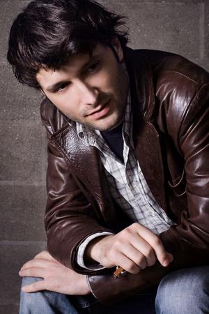 chaqueta de cuero: Joven guapo en ropa casual