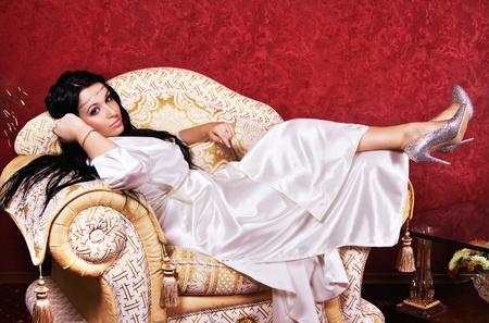 Prachtige vrouw ontspannen in luxe appartement