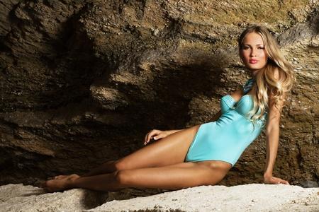 badpak: Mooie modieuze vrouw in blauwe bikini in de rots