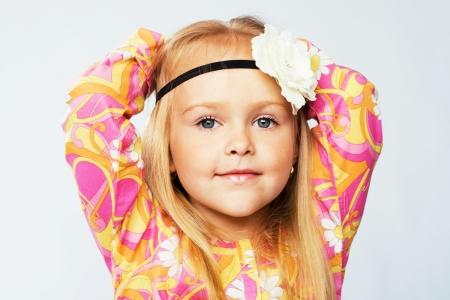 figli dei fiori: Bella bambina in abiti colorati