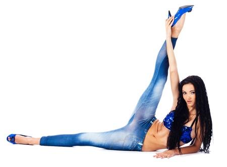 Belle danseuse de flexibilité est l'étirement. Isolé sur blanc