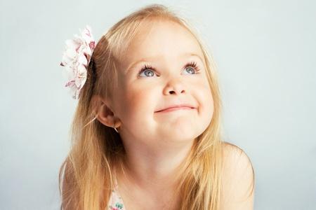 caras de emociones: Retrato de una hermosa niña  Foto de archivo