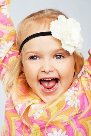 petite fille avec robe: Fille joyeuse expressif peu Banque d'images