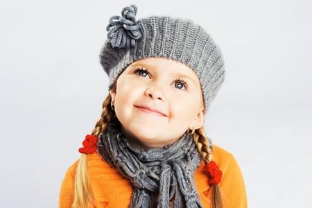 ropa de invierno: Retrato de una hermosa niña  Foto de archivo