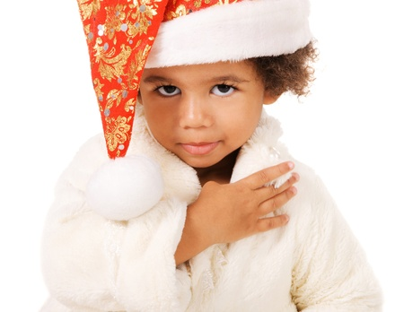 mulato: Retrato de un lindo beb� en el sombrero de la Navidad y de la piel en el fondo blanco Foto de archivo