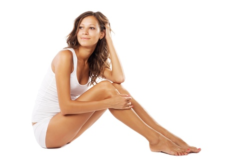 piernas mujer: Joven y bella mujer con cuerpo perfecto en la ropa interior blanca