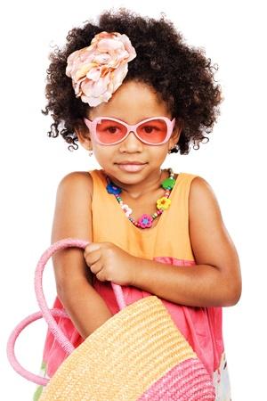 jolie petite fille: Belle fille styl�e peu obtenir quelque chose de son sac de paille Banque d'images