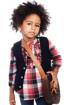 niño modelo: Hermosa chica con estilo con el bolso de cuero poco