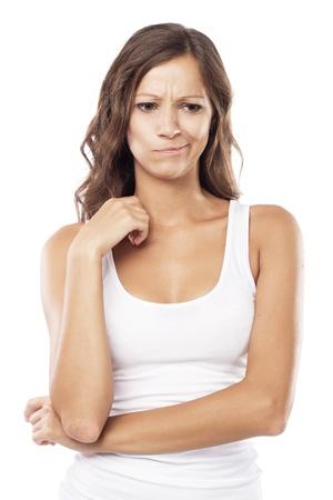 confused person: Hermosa mujer confundida sobre fondo blanco