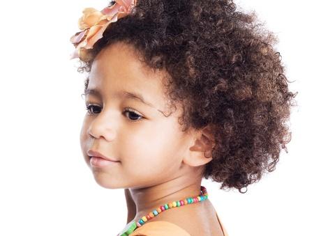 jolie petite fille: Portrait d'une petite fille belle sur fond blanc Banque d'images