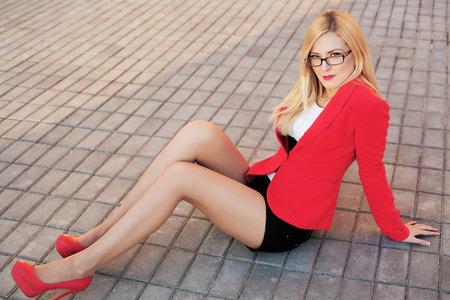 piernas sexys: Tiro al aire libre de una hermosa mujer sexy en la chaqueta roja