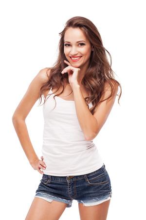 in jeans: Joven y bella mujer sobre fondo blanco