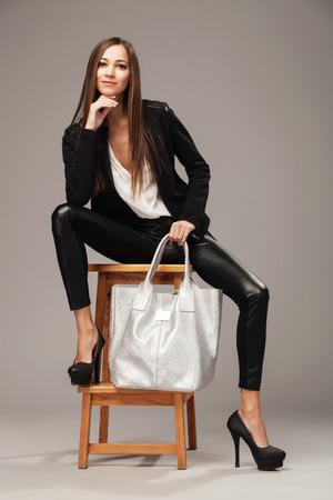 tacones: Mujer elegante con un bolso de la manera de plata