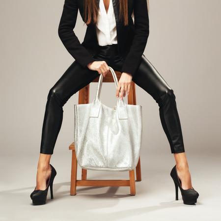 tacones negros: Mujer elegante con un bolso de la manera de plata