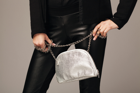 Elegante vrouw met een zilveren mode tas Stockfoto