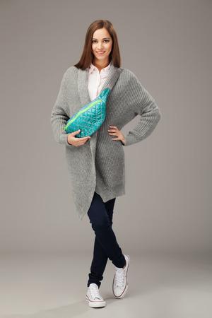 mujer elegante: Mujer elegante con una mochila?