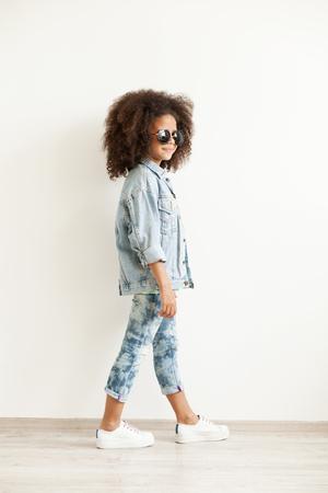 niños negros: niña con estilo hermosa en la ropa de mezclilla Foto de archivo