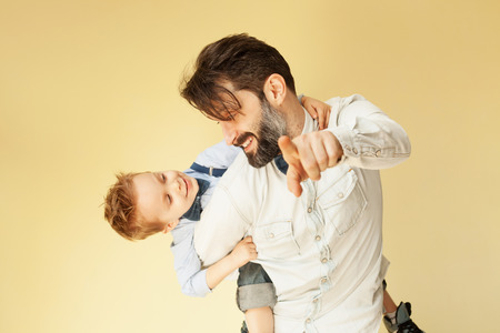 아버지의 뒷면에 타고 즐기는 행복 한 어린 소년