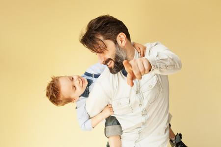 Szczęśliwy chłopiec korzystających z jazdy na plecach ojca