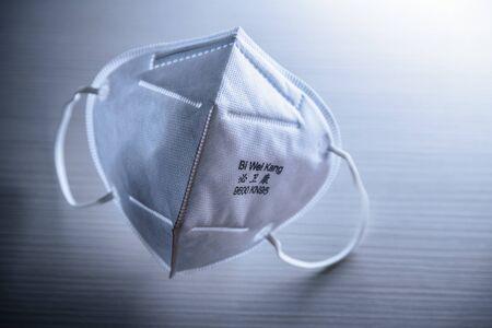 Masque chirurgical KN96 marqué du logo utilisé pour l'auto-protection contre le coronavirus COVID-19 et toutes les autres infections virales et bactériennes Banque d'images