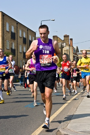 annual event: Londres - el 17 de abril: hombres no identificados que correr la marat�n de Londres el 17 de abril de 2011 en Londres, Inglaterra. La marat�n es un evento anual