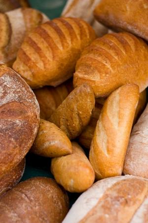 bread loaf: una selezione di pane a un mercato.