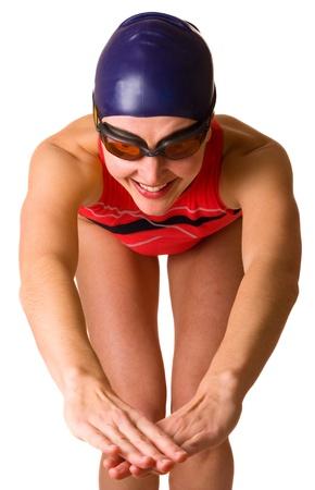 nuoto: nuotatore prepara a tuffarsi isolato su uno sfondo bianco.