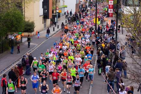 annual event: LONDRES - abril 22 personas no identificadas correr el marat�n de Londres el 22 de abril de 2012 en Londres, Inglaterra, Reino Unido El marat�n es un evento anual