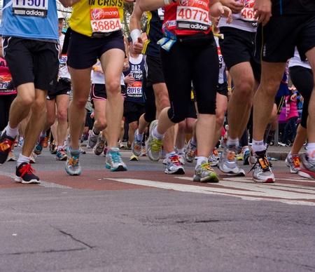 런던 - 4 월 22 일 : 미확인 된 사람이 런던, 영국, 영국에서 2012 년 4 월 22 일에 런던 마라톤을 실행합니다. 마라톤은 연례 행사입니다.