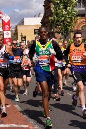 annual event: LONDRES - 22 de abril: Personas no identificadas se corre el marat�n de Londres el 22 de abril de 2012 en Londres, Inglaterra, Reino Unido. El marat�n es un evento anual. Editorial