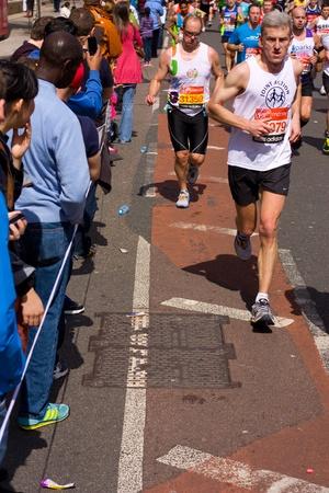 annual event: LONDRES - 22 de abril: Personas no identificadas se corre el marat?n de Londres el 22 de abril de 2012 en Londres, Inglaterra, Reino Unido. El marat?n es un evento anual.
