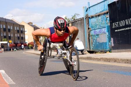 annual event: LONDRES - 22 de abril: los pilotos no identificados en silla de ruedas en el marat�n de Londres el 22 de abril de 2012 en Londres, Inglaterra, Reino Unido. El marat�n es un evento anual.