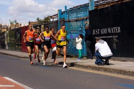 annual event: LONDRES - 22 de abril: Personas no identificadas correr el marat�n de Londres el 22 de abril de 2012 en Londres, Inglaterra, Reino Unido. El marat�n es un evento anual