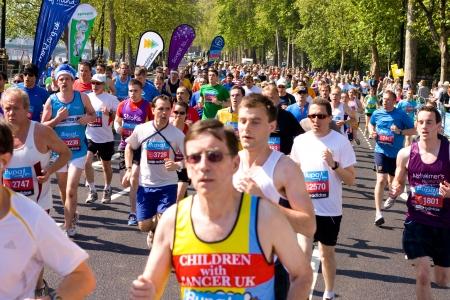 annual event: LONDRES - 27 de mayo: Personas no identificadas correr los 10K de Londres Bupa el 27 de mayo de 2012 en Londres, Inglaterra, Reino Unido. Los 10k de Bupa es un evento anual