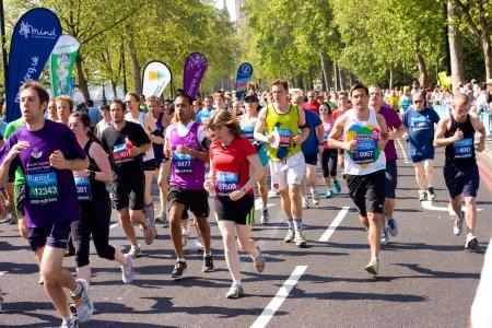 annual event: LONDRES - 27 de mayo: Personas no identificadas correr los 10K Bupa Londres el 27 de mayo de 2012 en Londres, Inglaterra, Reino Unido. Los 10k Bupa es un evento anual Editorial