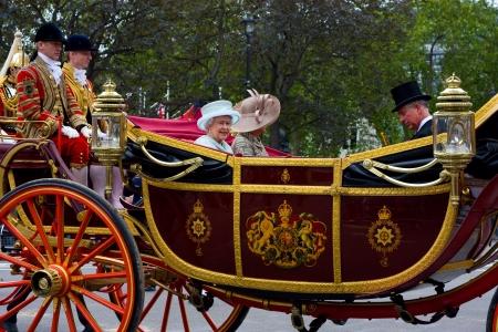 런던 - 6 월 5 : 여왕의 마차 행렬은 영국 런던, 영국, 6 월 5 일, 2012 주년 축전 행사 기간 동안 버킹엄 궁에 그것의 방법을 만든다. 다이아몬드 Jubillee는