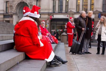 annual event: LONDRES-DEC 15: Unidentified santa en la calle en el festival Santacon calle en Londres, Inglaterra, Reino Unido. Santacon es un evento anual.