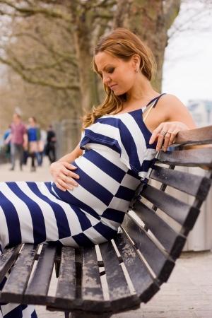 런던에있는 젊은 임신 한 여자.